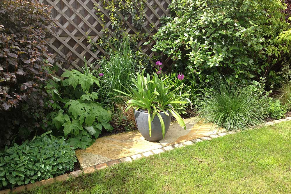 https://greenardendesign.com/wp-content/uploads/2019/09/Small-garden-Worcester-Park-3.jpg