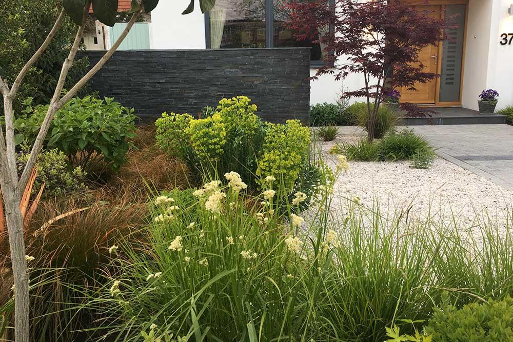 https://greenardendesign.com/wp-content/uploads/2019/09/front-garden-esher-10.jpg